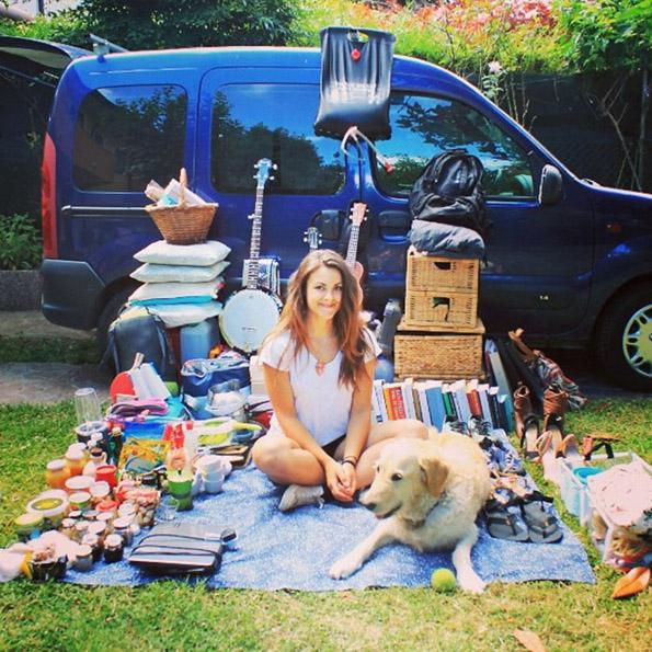 Креативна девојка го преуредила старото комбе за да патува низ светот со нејзиното куче