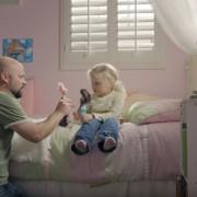 Рушење на половите улоги: Татковци си играат со барбики со своите ќерки