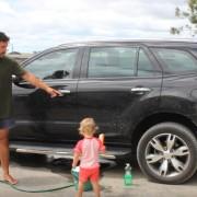 Видео туторијал: Како да го натерате вашето бебе да го измие автомобилот?