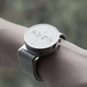 Првиот паметен часовник кој им овозможува на слепите лица да читаат од екранот