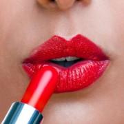 Читање од усни: Бојата на кармин која ја носите на првиот состанок ги открива вашите љубовни намери