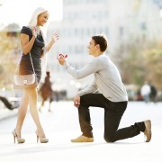 Дали знаете зошто мажите клекнуваат на колено кога ја запросуваат жената?