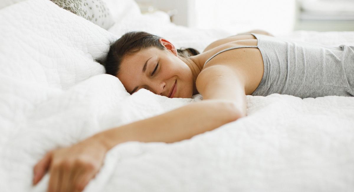 Едноставен трик кој треба да го знаете ако практикувате спиење на стомак