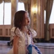 """Неодоливо 4-годишно девојче ја пее песната """"Tale As Old As Time"""" од """"Убавицата и ѕверот"""""""