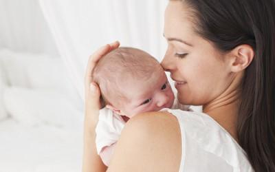 Родители, држете ги вашите бебиња во прегратка, науката потврдува дека тоа е добро за нив