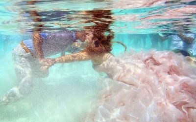 Свадба од соништата: Овој пар се венчал во водите на Карипското Море