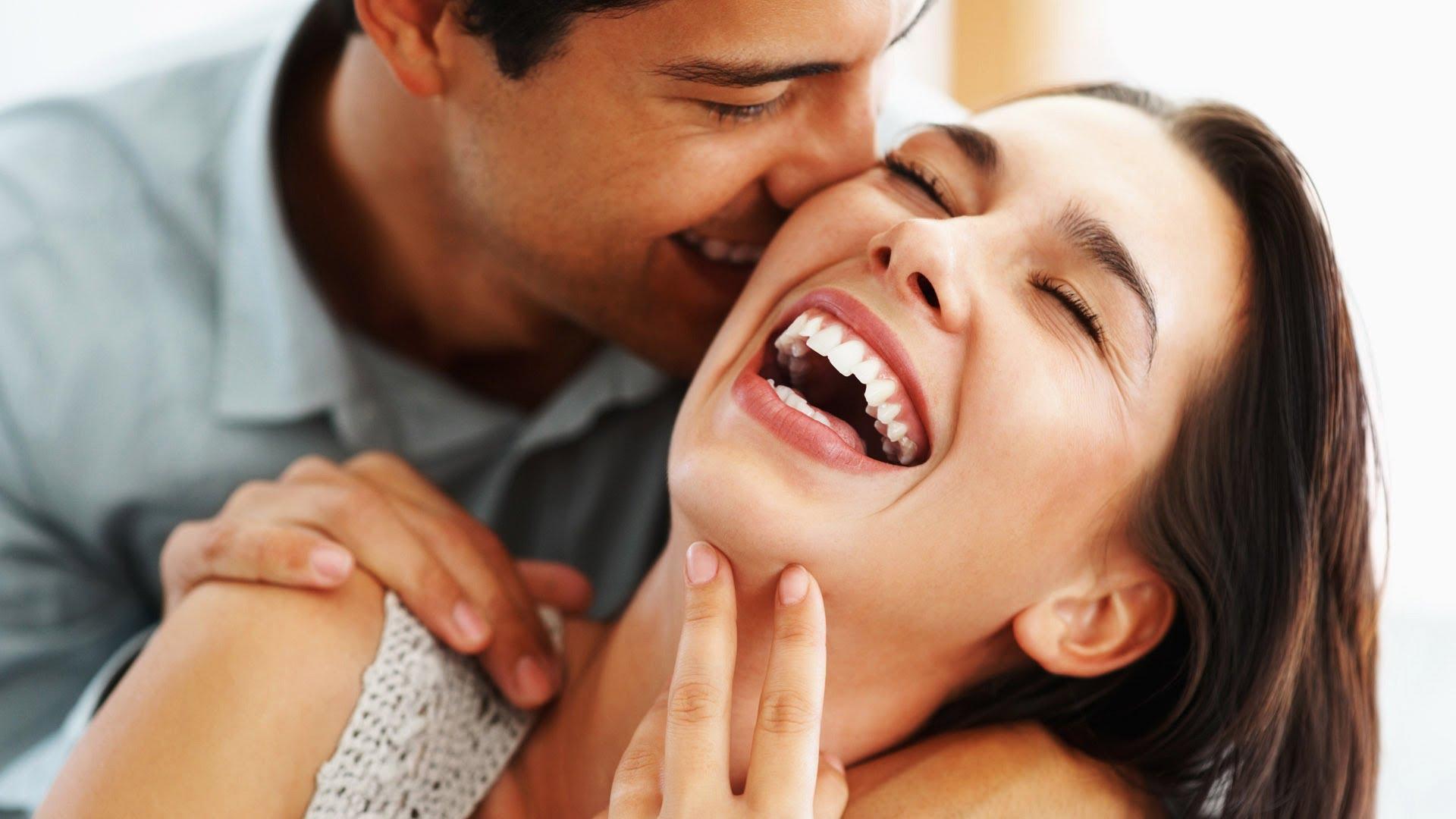 5 знаци дека еден сосема обичен маж е заљубен во вас