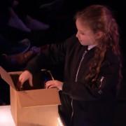 8-godishno-devojche-shto-nalikuva-na-veshterkata-hermiona-voodushevuva-so-magichen-performans-www.kafepauza.mk