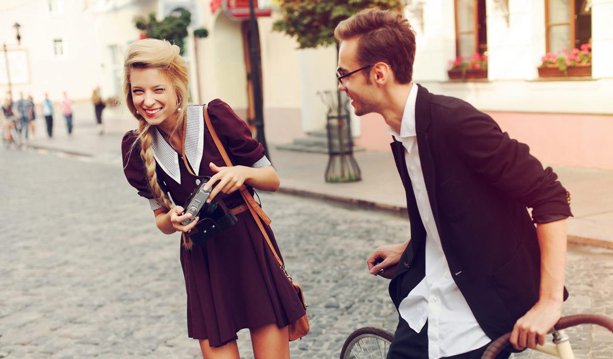 10 знаци дека вашиот партнер ве смета за најзабавната личност на светот