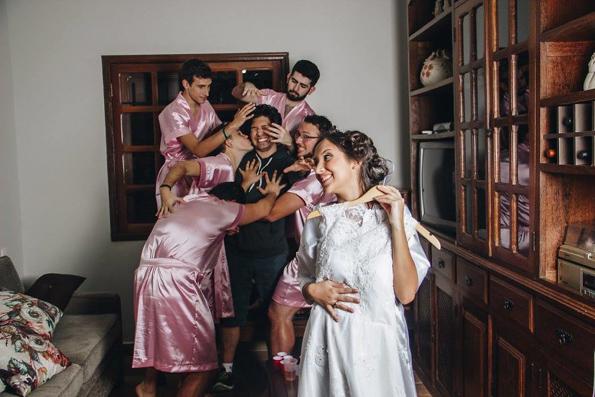 Оваа невеста немала пријателки, па затоа нејзините другари ја преземале улогата на деверици
