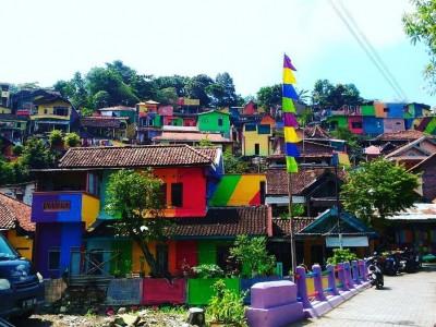 Срушени куќи претворени во ремек-дела: Ова индонезиско село во боите на виножитото ќе ве воодушеви!