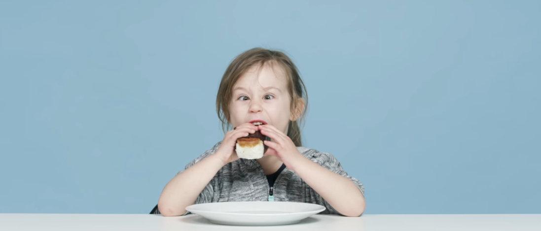 Дечиња пробуваат хавајска храна и нивните реакции се неодоливи