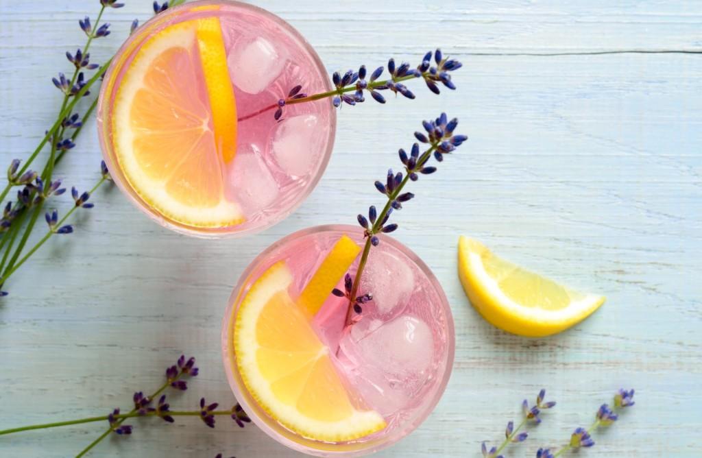 Лимонада со лаванда: Летно освежување што има моќ да ја смири секоја главоболка