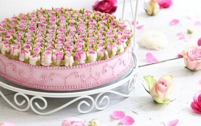Не ви доаѓа да ги помирисате? Запознајте ја слаткарката од Берлин која дизајнира цветни торти