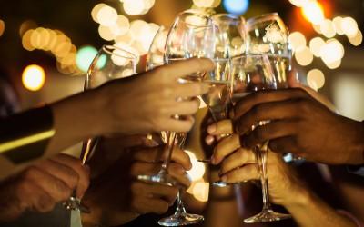 Едноставен трик што ќе ви го разлади виното без да ставите коцки мраз