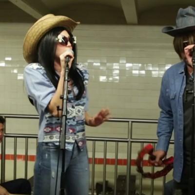 Мајли Сајрус и Џими Фалон маскирани одржаа спектакуларен концерт во подземна железница