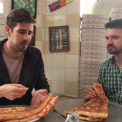 Најдобри пријатели се обидуваат да го изедат најголемото парче пица што некогаш сте го виделе!