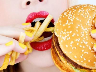Науката открива: Држете си го носот додека јадете чизбургер за да не се здебелите