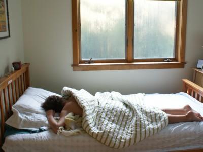 Сакате да спиете до подоцна за време на викендите? Оваа навика е корисна за вашето здравје!