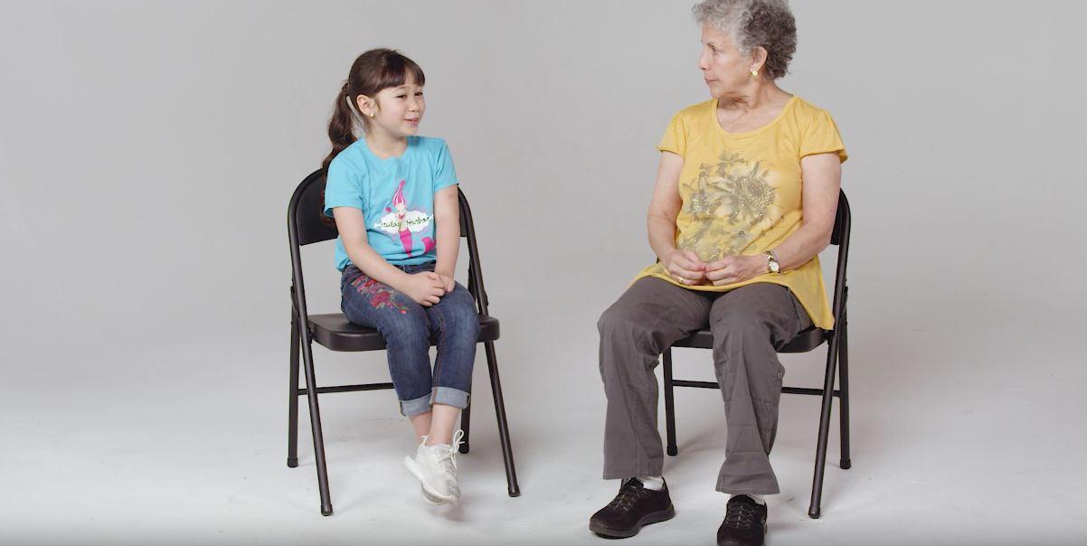 Дечиња зборуваат со старица што има Алцхајмерова болест