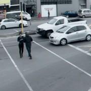 Смешно видео што ќе ве потсети дека не треба да гледате во мобилниот додека одите (или возите!)