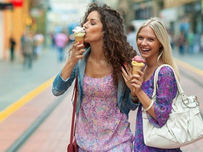 Работи што треба да ги направите со вашата најдобра пријателка за да ѝ ги тргнете мислите од болното раскинување