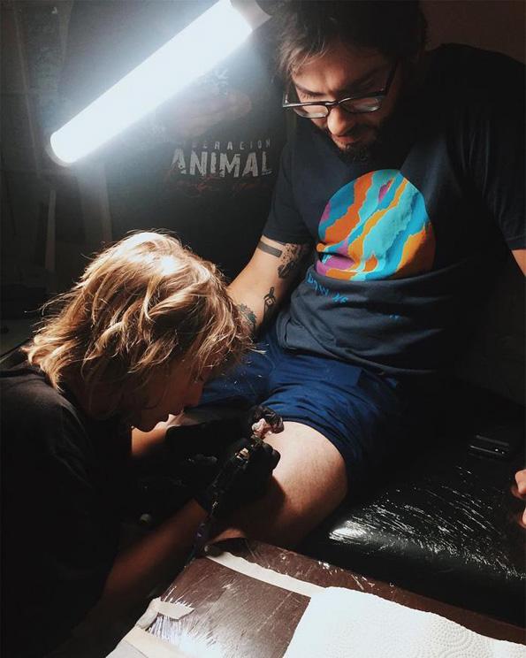 """Запознајте го Езра """"Ајкулата"""": Најмладиот тату артист со неверојатен талент"""