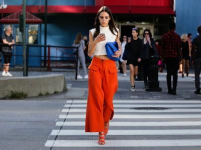 Во август доминира портокаловата боја: Еве како ја комбинираат жените со стил!