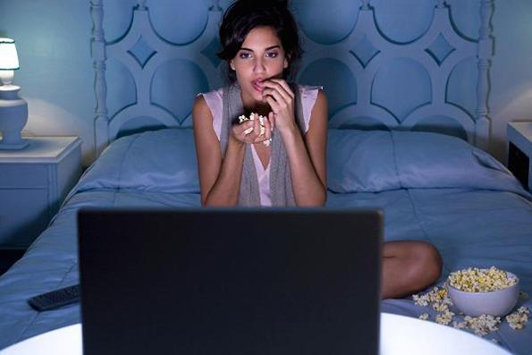 Дали маратонското гледање ТВ серии ви го нарушува сонот?