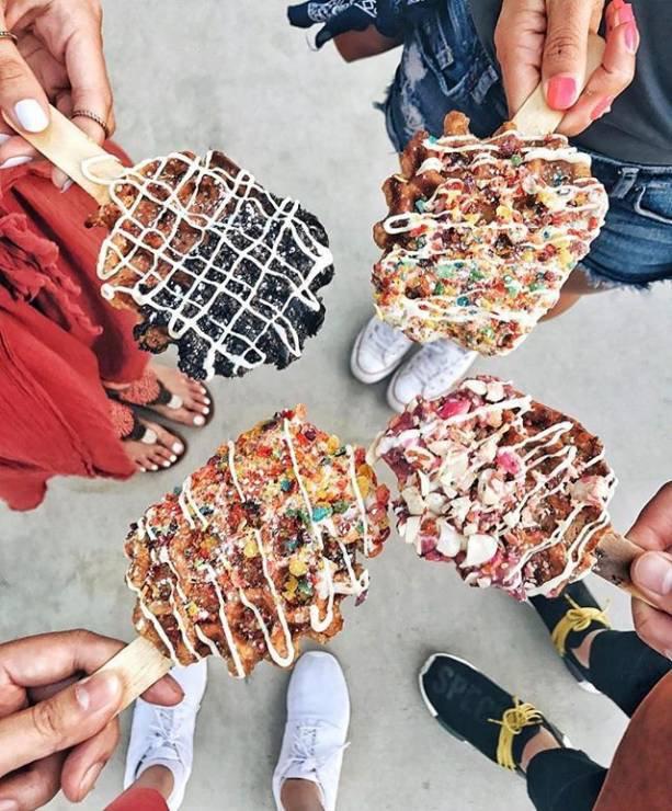 2-najnoviot-kulinarski-trend-vafli-na-stapche-kje-gi-obozhavate-www.kafepauza.mk_