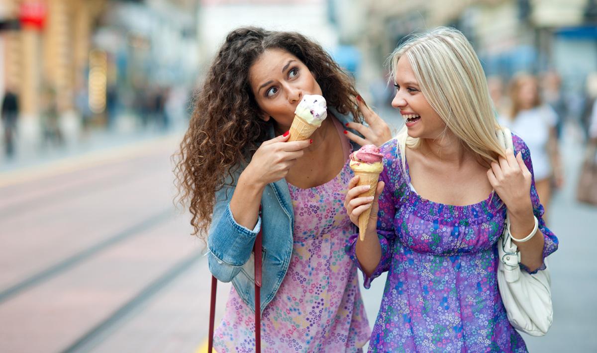 Како да останете блиски со вашите пријателки покрај сите семејни обврски и напорни распореди