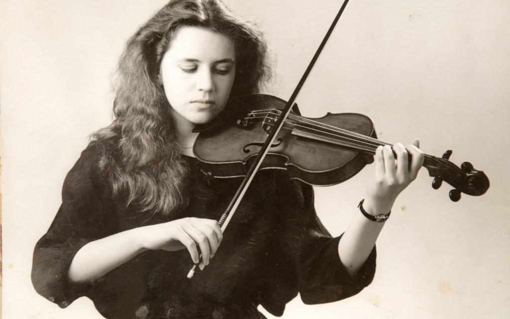 (2)paralizirana-violinistka-sozdava-muzika-so-svojot-um-kafepauza.mk