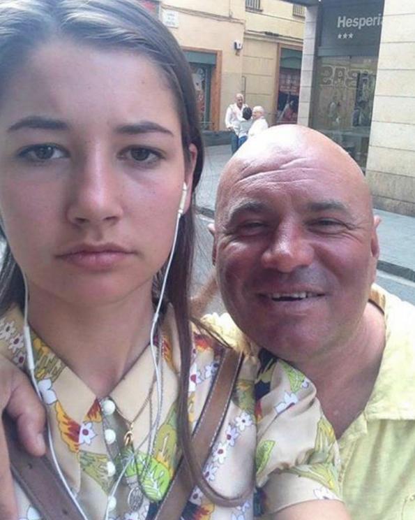 Девојка почнала да прави селфиња со сите мажи кои ѝ довикувале и свиркале на улица