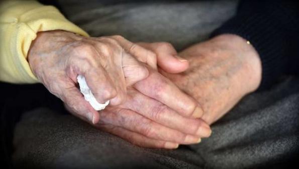 Една е мајка: 98-годишна жена се вселува во дом за старци за да се грижи за нејзиниот 80-годишен син