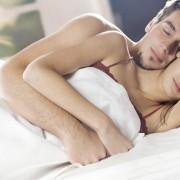 10 мисли што им се вртат на мажите во глава кога спијат со нивните девојки во зима