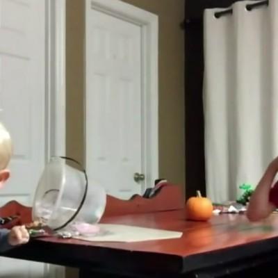 Предизвик за Ноќ на вештерките: Родители им кажуваат на своите деца дека им ги изеле сите слатки