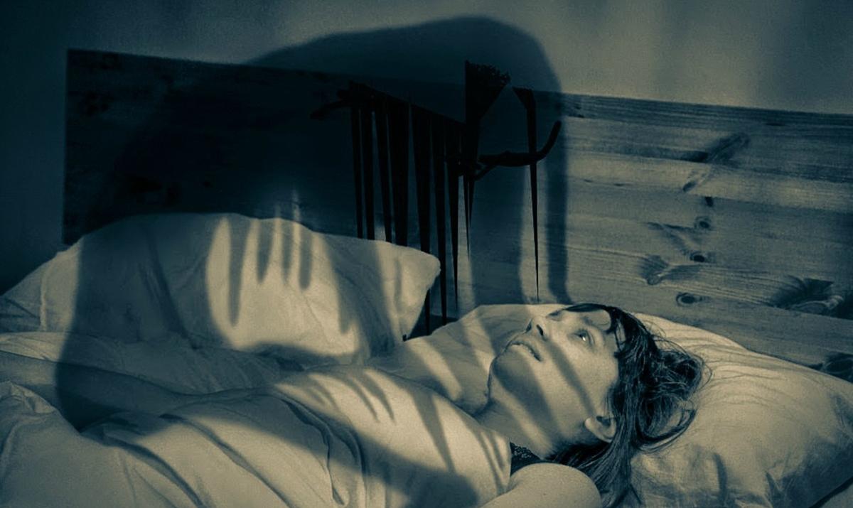 13 застрашувачки работи што треба да ги знаете за парализата при спиењето