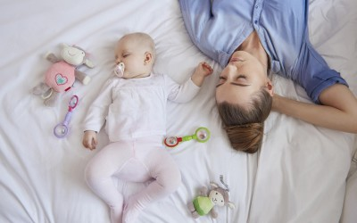 Интересно откритие: Бебињата треба да спијат со нивните мајки додека не наполнат 3 години