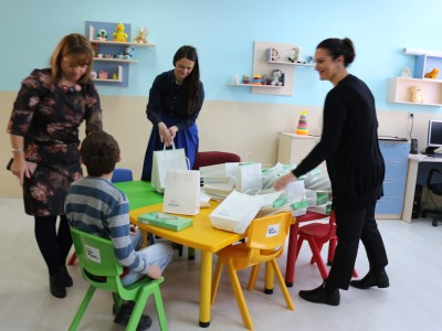 """Донација на таблети за децата од Заводот со оштетен слух, говор и глас и други проблеми во развојот """"Кочо Рацин"""" во Битола од Еуролинк Осигурување"""