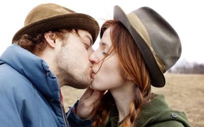 12 типови бакнежи кои можат да ви ги откријат чувствата на вашиот партнер
