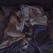 Интересно видео прикажува како љубовните парови спијат заедно