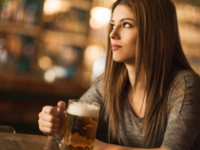 Истражувањата откриваат: Интелигентните жени пијат повеќе алкохол!