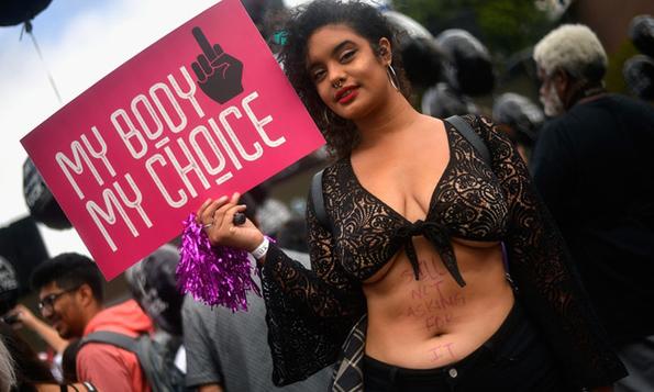 Научно докажано: Луѓето не се толку сочувствителни кон жените кои носат разголена облека