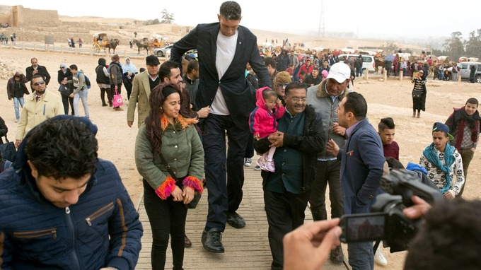 Неверојатна средба помеѓу највисокиот човек и најниската жена на светот