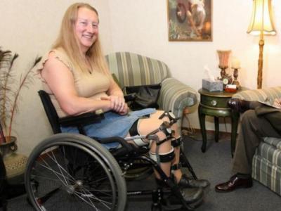 Запознајте ја Клои: Здравата жена која живее како инвалид