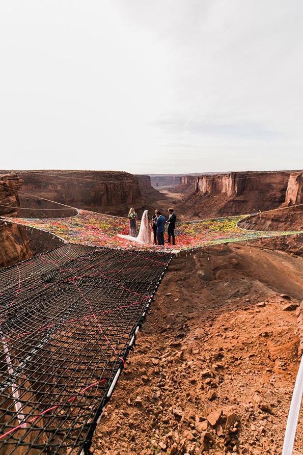 Креативна и адреналинска идеја: Свадбена церемонија на мрежа, 120 метри над Големиот Кањон