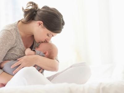 Истражувањата откриваат: Колку повеќе ги прегрнувате вашите деца толку попаметни ќе стануваат