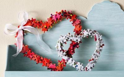 Претворете ги старите делчиња од сложувалка во најслаткиот венец за Денот на вљубените