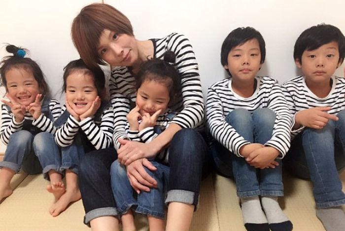 (5) majka-od-japonija-go-fotografira-svojot-neverojaten-zhivot-so-bliznaci-i-trojka-www.kafepauza.mk