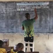 Необична лекција: Наставник од Гана предавал за Microsoft Word на обична училишна табла